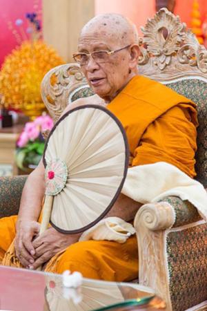 de zeer gewaardeerde Phra Prom Mongkol Vi (eerbiedwaardige Phra Ajarn Tong Sirimangalo)